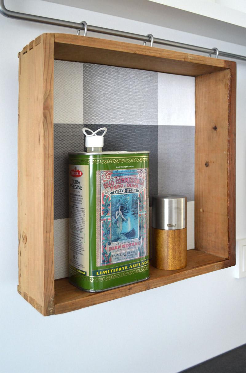 recylingdesign mit einer alten schublade und tapetenresten. Black Bedroom Furniture Sets. Home Design Ideas